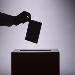 Referendum rinvio: due italiani su tre contrari. Ma Berlusconi...