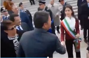 """Renzi e la gelida stretta di mano alla Raggi: """"Ciao Sindaco"""""""