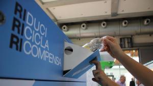 """Rifiuti, arriva la macchina """"schiaccia bottiglie"""": eco-compattatore per la plastica"""