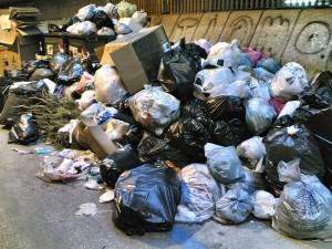 Orbetello, abbandona sacco di rifiuti di carta: multa da 500 euro
