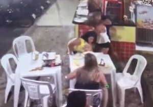YOUTUBE Brasile, uomo aggredisce la sua ex a cena