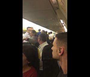 Guarda la versione ingrandita di YOUTUBE Rissa sul volo Ryanair, atterraggio forzato a Pisa. Succede 30 volte al giorno…