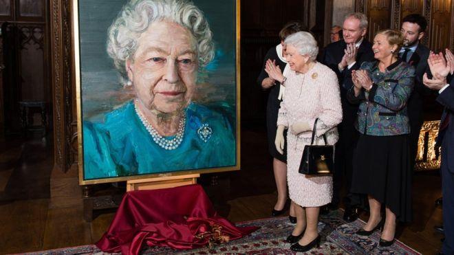 Regina Elisabetta presenta un suo ritratto. Vicino a lei l'ex comandante dell'Ira FOTO