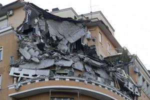 Guarda la versione ingrandita di Roma palazzo crollato: dal cemento di Mussolini ai 12 condoni