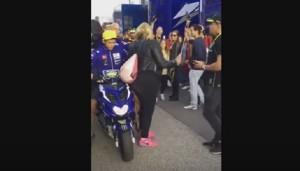 YOUTUBE Valentino Rossi scalcia una donna poi bestemmia