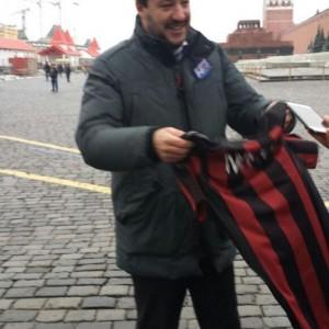 Guarda la versione ingrandita di Matteo Salvini a Mosca srotola striscione per il No e rischia arresto