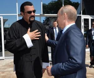 Vladimir Putin dà a Steven Seagal passaporto russo