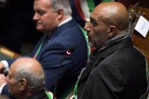 Guarda la versione ingrandita di Sergio Pirozzi, sindaco Amatrice, alla Camera senza fascia tricolore: