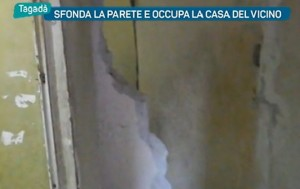 Guarda la versione ingrandita di Napoli, sfonda muro a picconate e occupa casa del vicino VIDEO