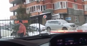YOUTUBE Novosibirsk, uomo va al lavoro a torso nudo, con -30°