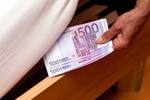Guarda la versione ingrandita di Miliardi sotto il materasso, Lombardia ammonticchia soldi e paura