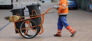 Roma si è arresa: paghetta a immigrato per pulire strade