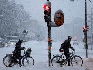 """Stoccolma, polemica dopo la neve: """"Spalate prima per le donne"""""""
