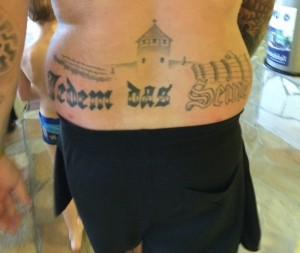 Neonazista mostra tatuaggio di Auschwitz in piscina