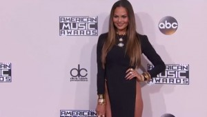 YOUTUBE Chrissy Teigen agli American Music Awards: spacco audace