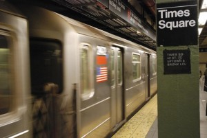 Guarda la versione ingrandita di Orrore New York: donna spinta su binari della metro a Times Square