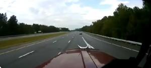 Guarda la versione ingrandita di Auto taglia strada a tir, secondo camion costretto a...