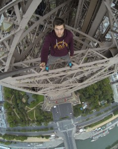 Scala Torre Eiffel a mani nude