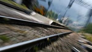 Lino Basso cerca funghi sui binari: travolto e ucciso dal treno