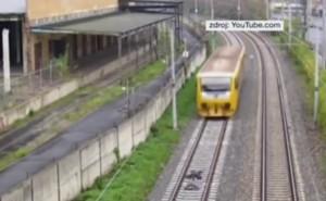 YOUTUBE Ragazzi si sdraiano sui binari mentre arriva il treno: video choc