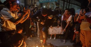 "Donald Trump ""Not my president"": proteste, maschere bruciate, arresti FOTO"