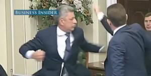 """""""Sei amico dei russi"""": di nuovo pugni nel Parlamento ucraino"""