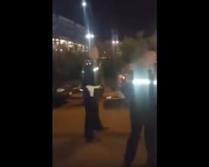 Napoli, vigile occupa posto disabili: poi schiaffeggia il passante che gira il video