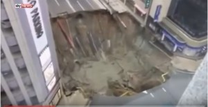 VIDEO YOUTUBE Voragine colossale inghiotte strada: paura in Giappone