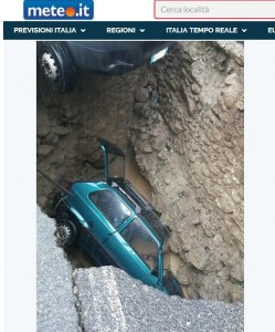 Alluvione Piemonte, Ormea: voragine inghotte auto FOTO