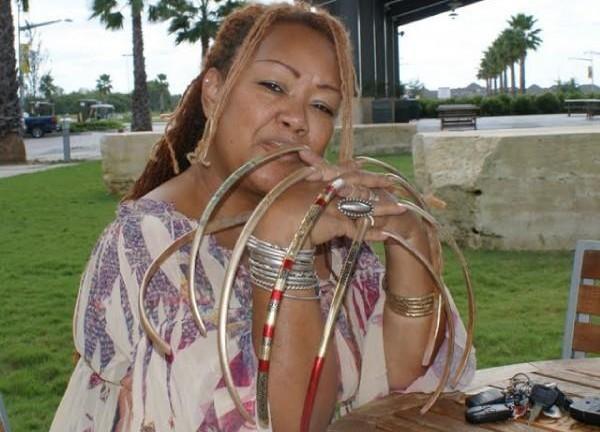 Yani Williams, 66 cm di unghie: il record a una pensionata di Houston05