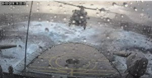 Spettacolare atterraggio dell'elicottero sulla nave travolta dalla tempesta
