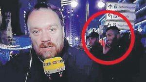 YOUTUBE Attentato Berlino, ride al cellulare mentre si parla della strage
