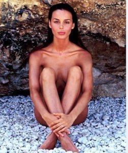 """Nina Moric senza vestiti, FOTO di dieci anni fa: """"haters"""" si scatenano"""