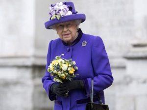 Regina Elisabetta, problemi di salute? Il Regno Unito in apprensione