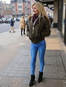 Body painting, jeans super skinny su gambe modella: in quanti se ne accorgono? 4