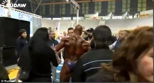 Bodybuilder non accetta verdetto: a fine gara stende arbitro