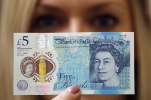 Banconote 5 sterline inglesi con grasso animale. Rabbia dei vegani. In Scozia invece...