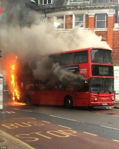 Bus a due piani prende fuoco a Londra