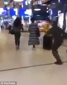 Calcio volante alle spalle donna finisce faccia a terra