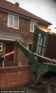 Le svuotano giardino dai rifiuti: lei non paga,77