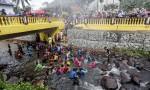 Malesia, bambini fanno il bagno felici prima della circoncisione di massa FOTO