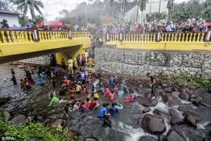 Malesia, bambini fanno il bagno felici prima della circoncisione di massa888