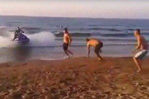 Moto d'acqua fuori controllo investe bagnante in spiaggia e lo fa volare3