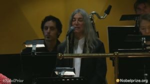 Patti Smith canta Hard Rain al posto di Dylan e sbaglia