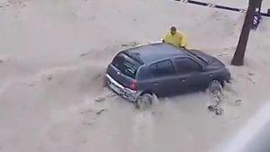 Prova a raggiungere la sua auto durante inondazione e....