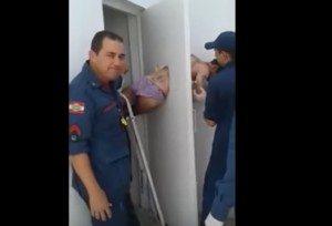 YOUTUBE Brasile, detenuto tenta la fuga ma resta incastrato nella porta
