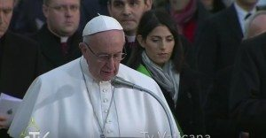 YOUTUBE Papa Francesco a Roma, Tg1 Rai non inquadra Virginia Raggi