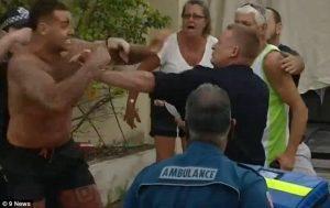 Si alza da barella e picchia agenti di polizia