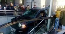 Torino, sbaglia strada e finisce col suv sulle scale della metropolitana FOTO