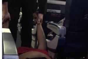 Passeggera tirata fuori dall'aereo fisicamente dopo taser